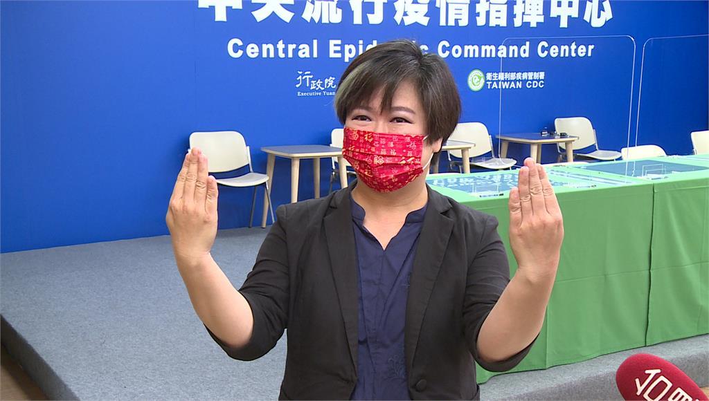 疫情記者會上的手語翻譯員王興嬙分享故事。圖:台視新聞