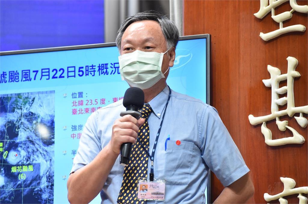 氣象局長鄭明典今天上午在行政院院會後記者會中,說明中度颱風「烟花」最新動態。圖/行政院提供