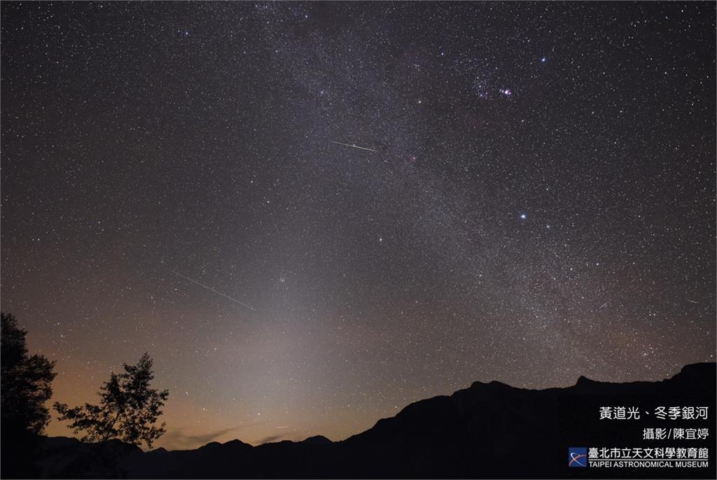 呈三角形淡白色光錐的黃道光。圖/翻攝自台北市立天文館