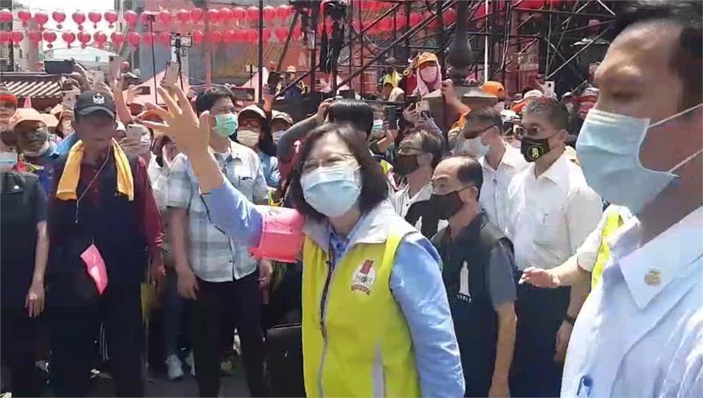 總統蔡英文接駕媽祖,現場爆出意外笑料。圖/台視新聞