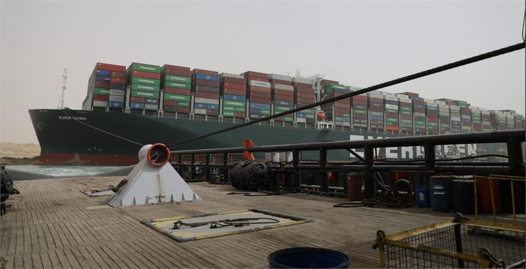 長榮貨輪長賜號在蘇伊士運河擱淺。圖/翻攝自蘇伊士運河官網