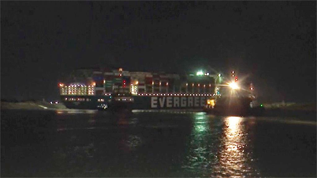 長賜號仍卡在蘇伊士運河,動彈不得。圖/翻攝自AP Direct