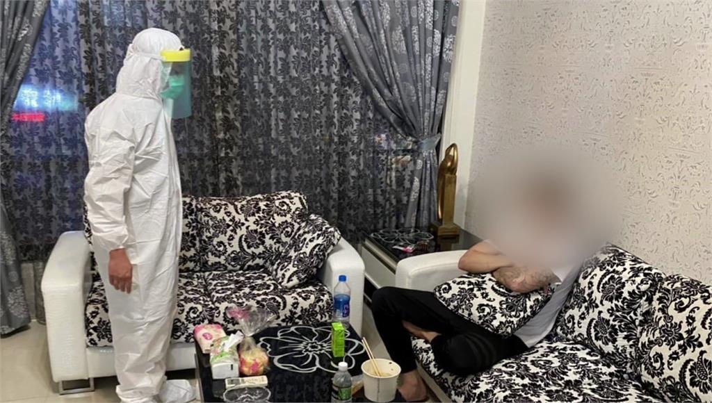 莊姓男子被逮實一度不發一語,坐在沙發上。圖/台視新聞