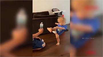 老爸跆拳道高手 2歲超級寶寶功力了得