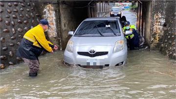 暴雨襲擊台中 地下道積水太深害車拋錨