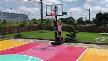 防疫期間找樂子! 男大生打造私人繽紛籃球場