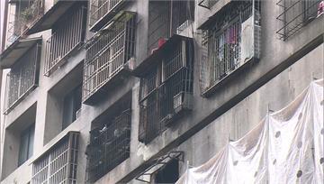 城中城大火後第5天 罹難者家屬返火場收拾遺物