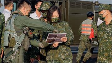 蔡總統視察漢光!意外洩空軍「咬住」轟六照片