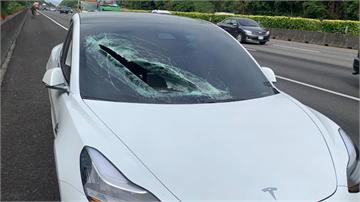 國道驚魂!木板飛擊破特斯拉車窗 駕駛險遭砸