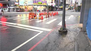 自來水管爆裂「馬路成噴泉」 台中水情吃緊自來水狂...