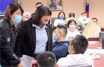 不滿疫苗調閱小組遭刪 藍委突襲占主席台