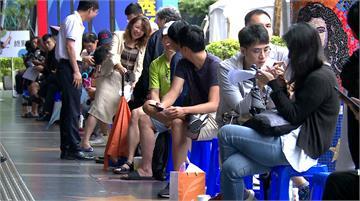 iPhone11今開賣 電信祭優惠果粉冒雨搶買