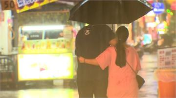 烟花朝台灣東方逼近 宜蘭下大雨水灌騎樓
