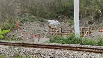 僅靠「三角錐+旗繩」圍護 台鐵再爆3個危險邊坡工...