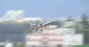「勇鷹號」志航基地第一次試飛! 軍事迷守候起降