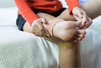 足底筋膜炎痛到不能走?4個「超傷行為」一定要避開