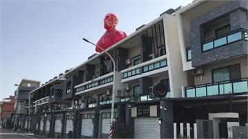 「進擊的巨人」台南版!屋主打造4.5米充氣公仔