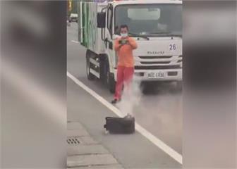 垃圾車內皮箱冒煙 清潔隊緊急拖出