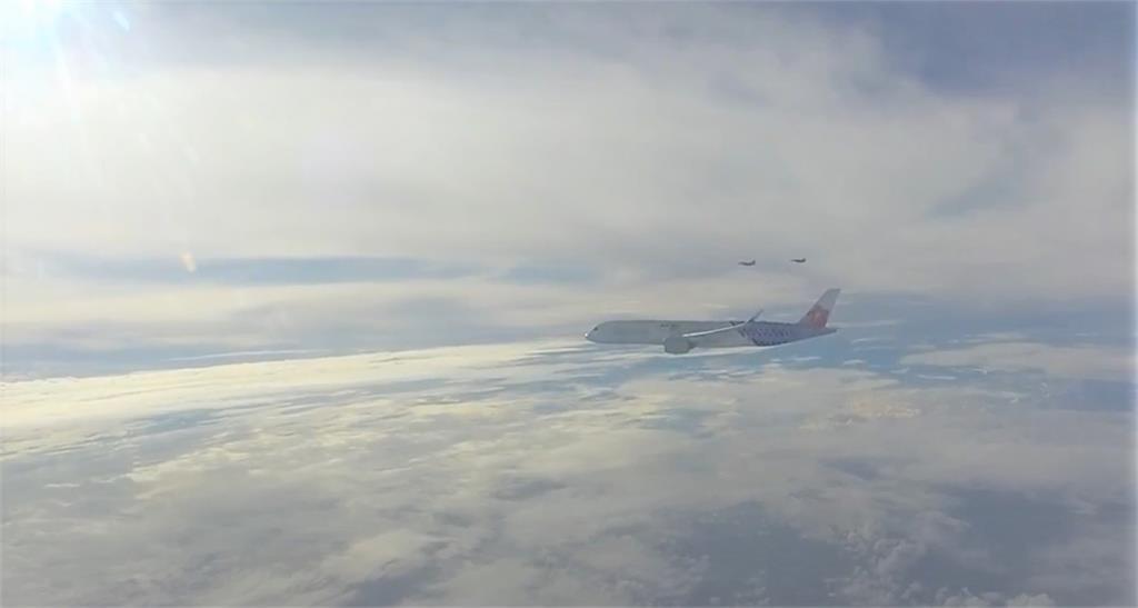 幻象2000伴飛華航客機。圖/軍聞社提供