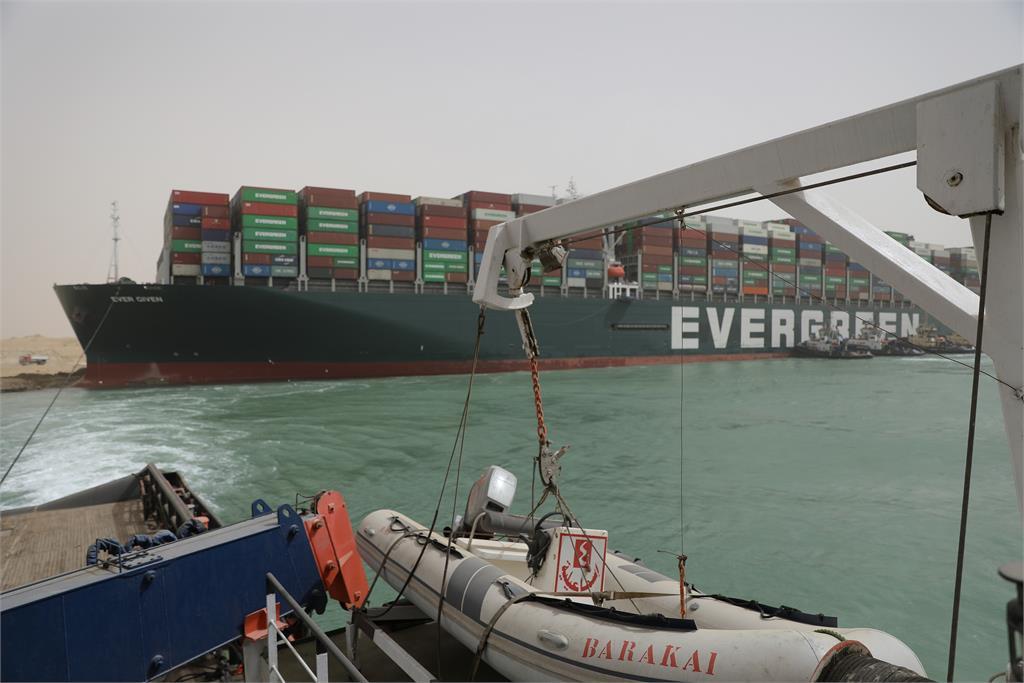 長榮貨輪仍卡在蘇伊士運河。圖/翻攝自蘇伊士運河官網
