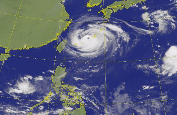 雖然梅莎逐漸遠離,不過花蓮東方2千多公里海面上的熱帶性低氣壓,最快今天成颱。圖:翻攝自中央氣象局