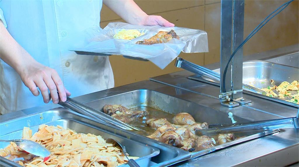 漢來飯店員工在餐盤外套上塑膠袋,省下大量清洗油膩餐盤用水。圖/台視新聞