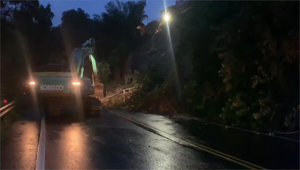 受到連日大雨影響,新竹知名地標師善堂一旁道路發生坍方。圖/台視新聞