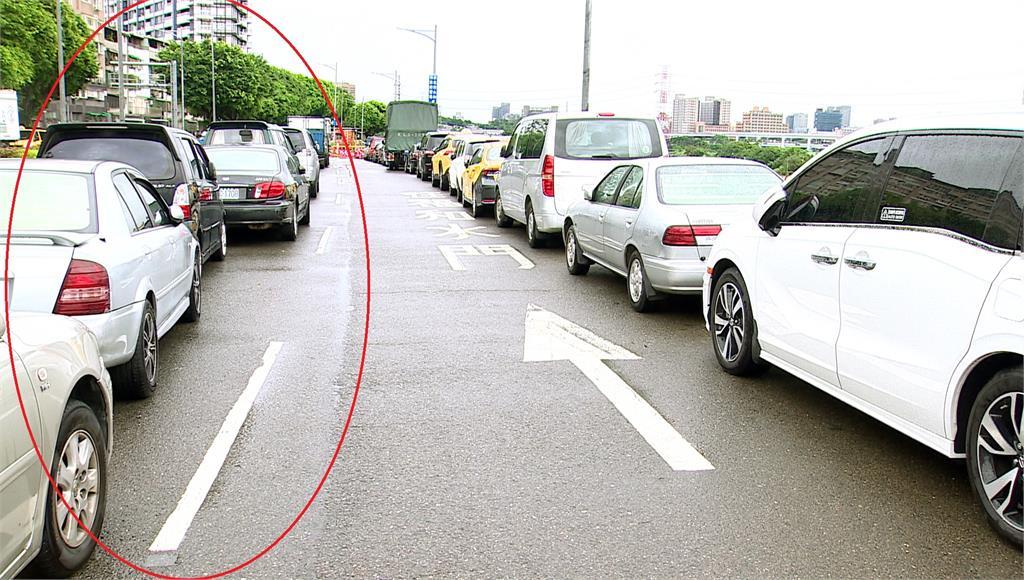 扯!新北開放紅黃線停車 竟有人停馬路中央