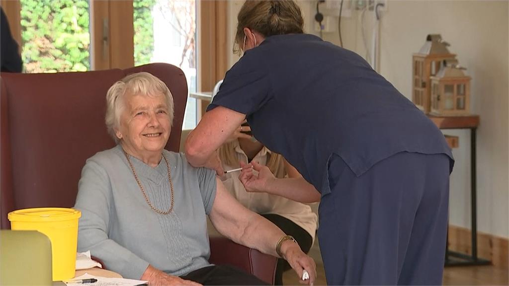左手打第3劑、右手打流感 英國民眾「雙針齊下」