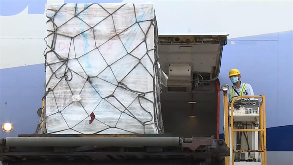 首批15萬劑莫德納疫苗上個月28日抵台,今天下午已完成檢驗,送往倉儲封緘。圖/台視新聞