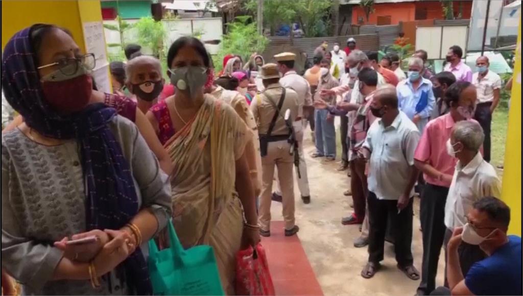 印度各地傳出上百起感染新冠肺炎後,引發毛黴菌症的案例。翻攝自AP Direct