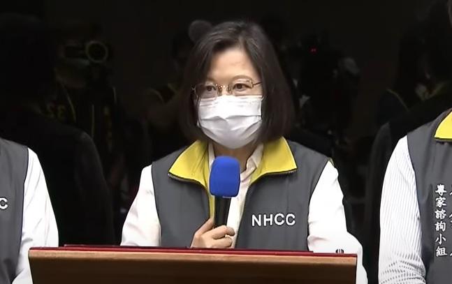 總統蔡英文赴疾管署,聽取指揮中心報告,並慰勉防疫團隊。圖/台視新聞