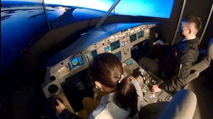 模擬駕駛艙比照空中巴士A320機型,一比一 打造空間大小。圖:台視新聞