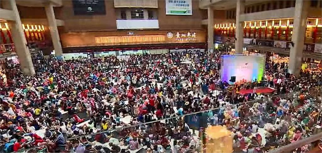 伊斯蘭教的開齋節,往年許多外籍移工在台北車站舉行聚會。圖/台視新聞(資料畫面)