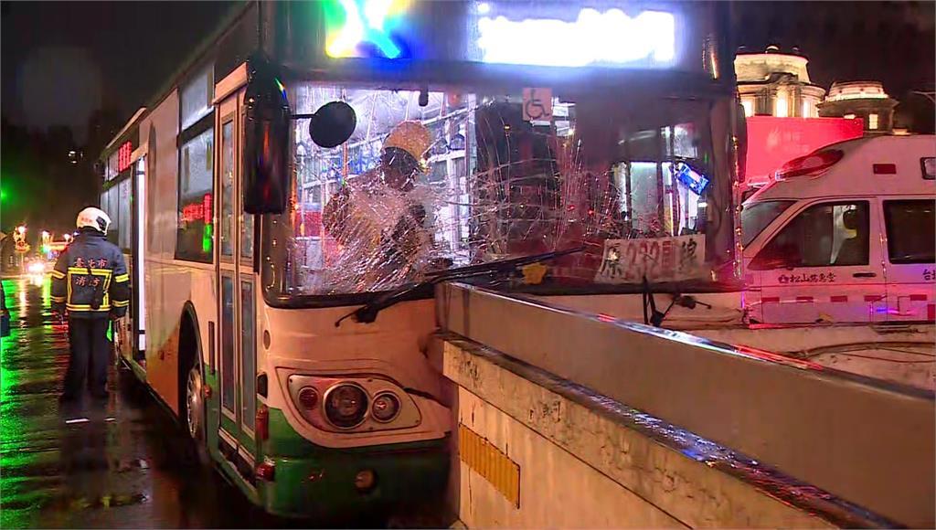 公車衝撞橋墩,造成14人受傷送醫。圖/台視新聞