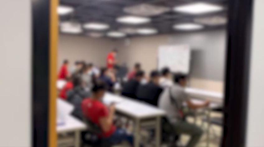 將近30人在教室並肩而坐,聆聽講座。圖/台視新聞