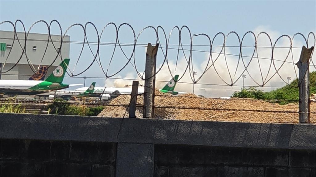 第二航廈長榮廠外的草坪起火。圖/台視新聞