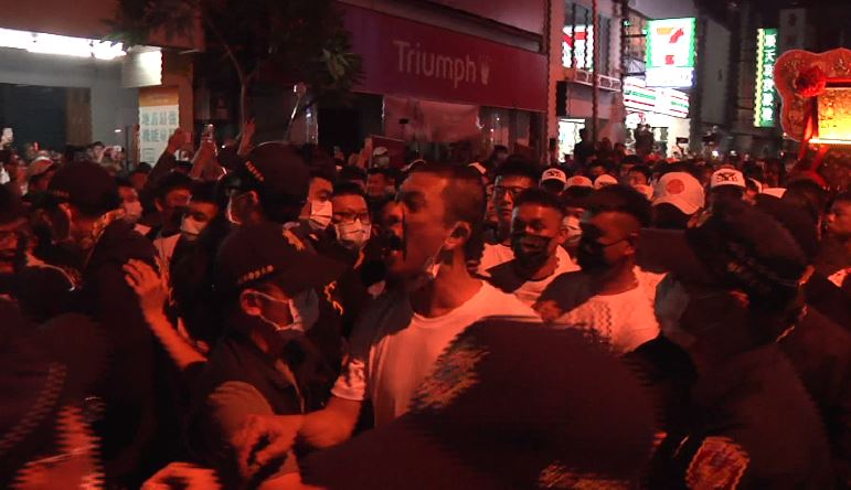 大批信眾數度發生推擠衝突,警方以優勢維安。圖/台視新聞