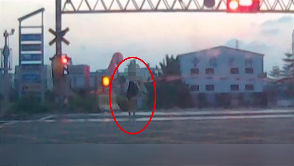 彰化一名女子在平交道上徘徊,危險舉止嚇壞目擊民眾。圖:台視新聞