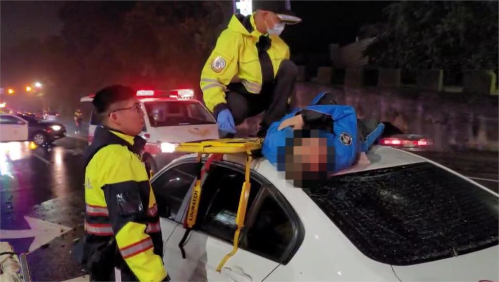 離奇車禍!誤闖車道狠撞機車 騎士竟彈飛車頂