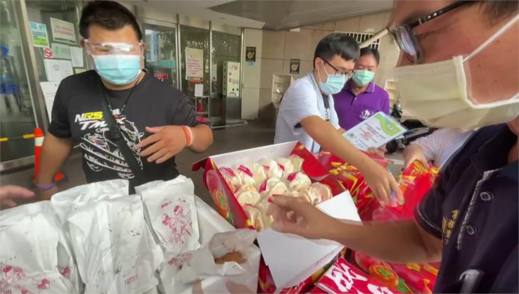 攤商準備雞排、刈包等物資給醫護人員。圖/台視新聞