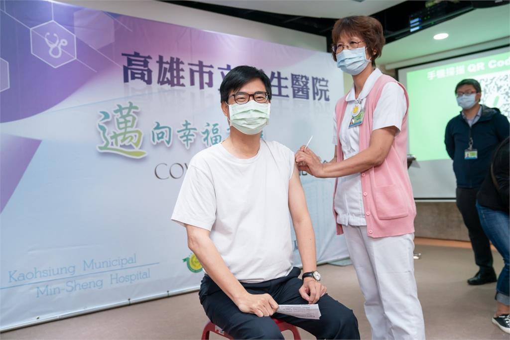 高雄市長陳其邁接種AZ疫苗。圖/高雄市政府提供