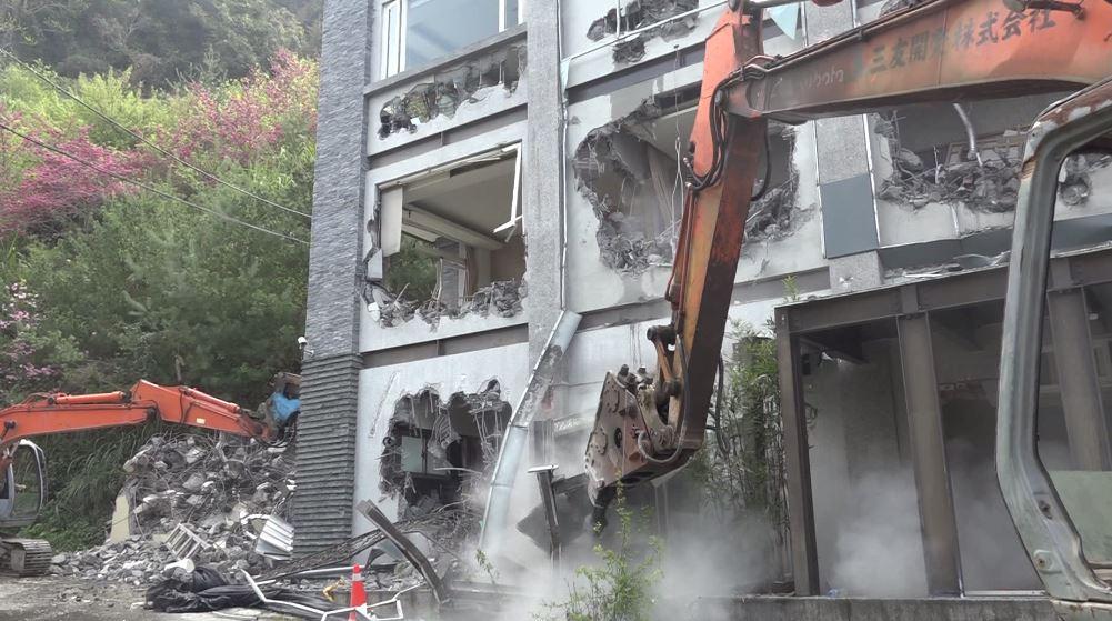 縣府出動大型機具,拆除違建民宿。圖:台視新聞