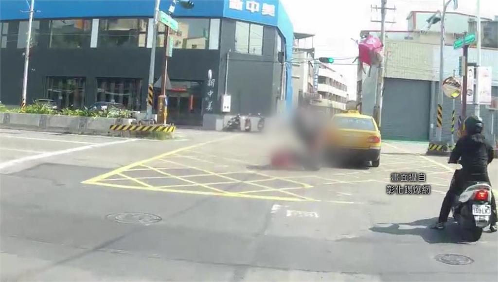 外送騎士撞上綠燈直行的計程車,重摔地面、外送包彈飛5公尺高。圖:翻攝自彰化踢爆網