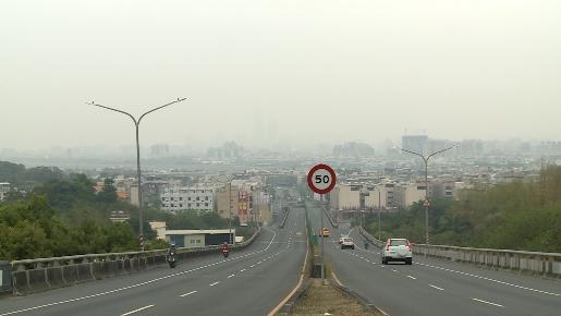 霧霾害導致行車視野受限,能見度變差,增加交通事故發生的機會。