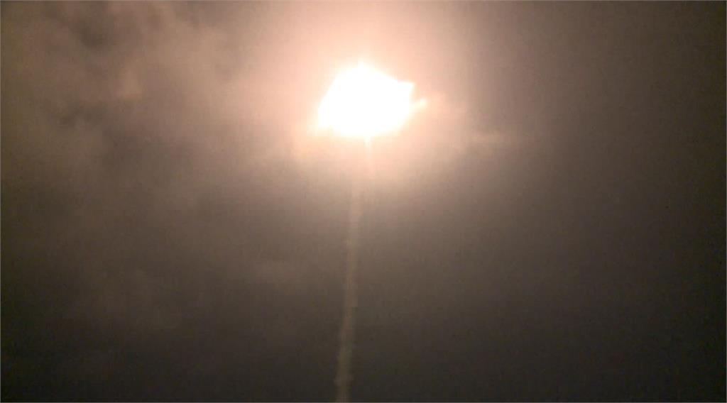 中科院24日分別在屏東九鵬基地跟台東三仙台試射飛彈。圖:台視新聞
