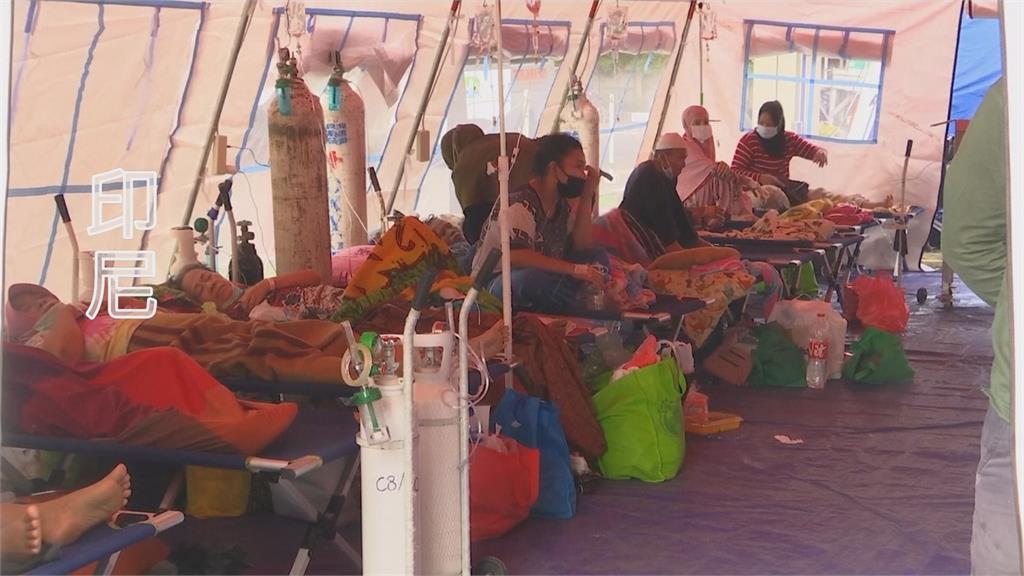 印尼疫情大爆發,病床一位難求,許多患者只能拖著氧氣瓶,回家自求多福。。圖:AP