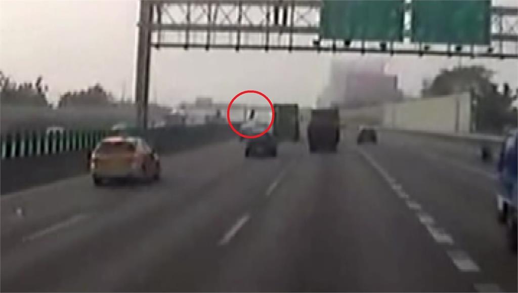 一顆巨輪從對向車道彈飛,撞上休旅車。圖:台視新聞