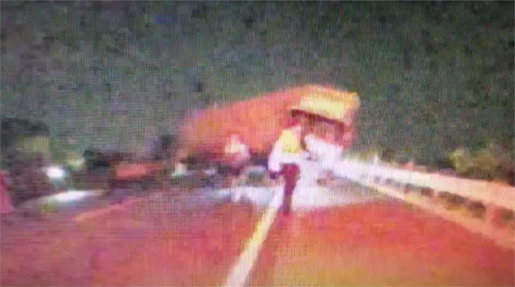 中秋連假最後一天國道1號發生重大事故。圖:台視新聞