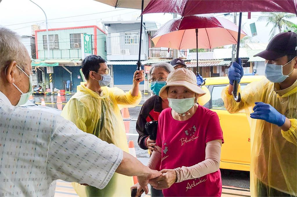 屏東今天降下大雨,明天全縣暫停接種疫苗。圖/翻攝自Facebook@pan.menan1